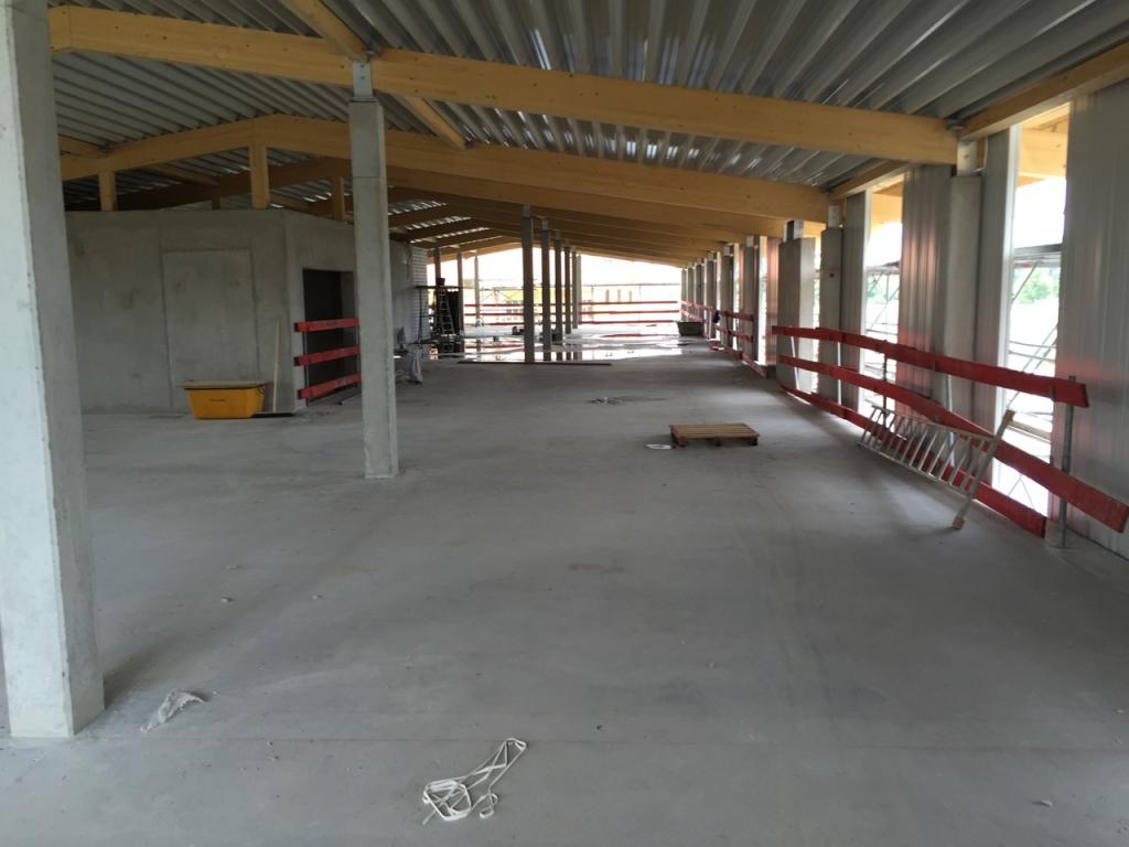 Nun erfolgt die Anbringung der Fassade und der Innenausbau